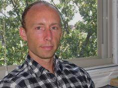 Chad Harbach voksede op i Wisconsin og uddannet fra Harvard og University of Virginia. Kunsten at gribe livet (2012) er hans debutroman. Den fik en sensationel modtagelse ved sin udgivelse og er en af de mest roste debutromaner i mange år.