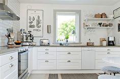 Kök med vita profilerade luckor och bänkskiva i ljusgrå betong | Ballingslöv