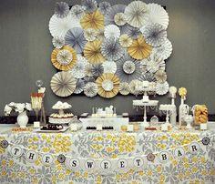 mesa de doces em amarelo e cinza