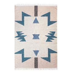 Flot håndlavet kelim gulvtæppe fra ferm living med grafisk design i smukke farver. Tæppet kan anvendes overalt i boligen, hvor du har brug for at blikfang og et