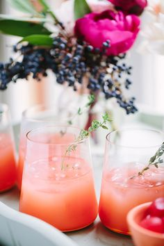 Toast: Pink cocktails & mocktails for Valentine's Day Drinks with the girls for Valentine's Day? These Thyme Pink Grapefruit Greyhounds at Freutcake are the perfect pink cocktail. Pink Cocktails, Easy Cocktails, Summer Cocktails, Cocktail Recipes, Party Drinks, Fun Drinks, Yummy Drinks, Beverages, Beverage Drink