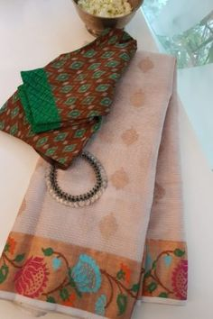 Cotton Saree Designs, Saree Blouse Designs, Kota Sarees, Indian Sarees, Vintage Flower Girls, Silk Saree Kanchipuram, Fashion Displays, Gold Chain Design, Hindu Bride