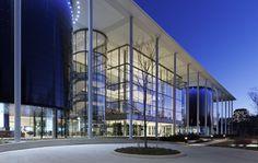 Construido por Foster + Partners en New Haven, United States con fecha 2014. Imagenes por Chuck Choi. Inspirado por la reinvención de la educación e integrado curriculum en la Escuela de Negocios de Yale, el nuevo Edwar...