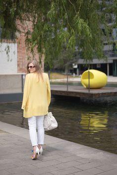 Hugo Boss Tasche in weiß und diy PomPom Sandalen und Vintage Blazer in der Sommerfarbe Gelb - yellowgirl der DIY und lifestyle Blog