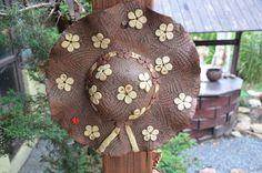 Klobouk+-+nástěnný+na+obj.+E+-+klobouk+jako+dekorace+na+zeď+-+klobouk+lze+díky+otvoru+pohodlně+a+bezpečně+připevnit+na+svislou+stěnu+či+plot,+ozdobý+tak+jedinečně+váš+dům,+chalupu+či+zahrádku+-+průměr+cca+25-30cm+-+páleno+na+vysoký+stupeň+- na+objednávku+-+výrobky+zasíláme+jako+křehké+s+pojištěním+obsahu+dle+ceny+balíku+-+pozn.+při+objednávce+více+kusů+...
