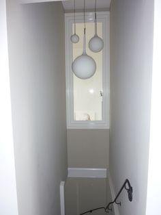 Trap naar souterrain, raam geeft zicht op woonkamer