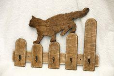 Сat marche sur la clôture en forme de porte-clés en bois. Il peut être utilisé à touches Maintenez, laisses pour chiens, Chausse-pied et simplement comme décoration pour votre maison. Dimensions : Hauteur : 30cm/12 po, largeur : 35cm/14 en contreplaqué à la main et scie à chantourner, une à la fois. Aucun CNC découpe laser ou tour de refendage. Veuillez noter : Tous les articles sont faits main et peut être taillés dans une pièce différente de contreplaqué. Vôtre peut ne pas resse...