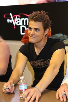 The Vampire Diaries star Paul Wesley smiles at a fan during the signing at the Warner Bros. booth at Comic-Con Vampire Diaries Stefan, Serie The Vampire Diaries, Paul Wesley Vampire Diaries, Vampire Diaries Wallpaper, Vampire Diaries The Originals, Stefan Salvatore, Vampire Daries, Vampire Quotes, The Salvatore Brothers