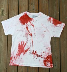 In order to make a scary splattered shirt you will need: A clean white shirt 1 package of red fabric dye Latex / Rubber gloves A straw Small zippered plastic bags or water balloons A bowl A large tarp Bloody Halloween, Zombie Halloween Costumes, Halloween Fashion, Halloween Outfits, Diy Halloween Shirts, Halloween Kids, Halloween Pictures, Halloween 2019, Outdoor Halloween