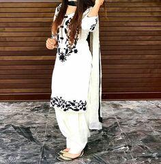 Summer Shalwar Kameez Designs For Women 2019 White Punjabi Suits, White Salwar Suit, Salwar Suits, White Churidar, Ladies Salwar Kameez, White Suits, Pakistani Suits, Patiala Suit Designs, Salwar Designs