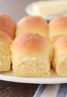 Buttery Cornmeal Rolls - Best Dinner Rolls Mel's Kicthen The hint of cornmeal mingled with the light sweetness of the dough make these extra-fluffy, cornmeal dinner rolls one of my favorite rolls of all time. just like her crescent rolls Cornmeal Recipes, Bread Recipes, Cooking Recipes, Yeast Rolls, Bread Rolls, Bun Recipe, Dough Recipe, Roll Recipe, Savoury Baking