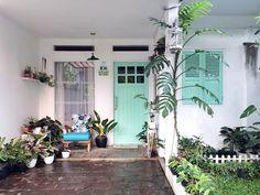 Desain Rumah Vintage Luas 60 m yang Kekinian & Bikin Nyaman! Minimalist Garden, Minimalist Home Decor, Home Design Decor, Retro Home Decor, Beautiful Small Bathrooms, Country House Design, House Entrance, Facade House, Vintage Modern