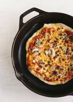 Mushroom Garlic Thyme Stovetop Pizza - Artisan Bread in Five Minutes a Day Pizza Recipes, Vegetarian Recipes, Cooking Recipes, Free Recipes, Cooking Tips, Artisan Pizza, Artisan Bread, Tostadas, Stovetop Pizza