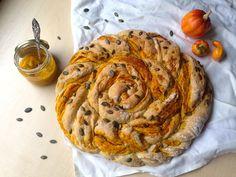 Kürbis mal anders: ein lockerer und saftiger Brotkranz, gefüllt mit aromatisch-würzigem Kürbis-Pesto. Hier gibt es das vegane Rezept zum Brotkranz.
