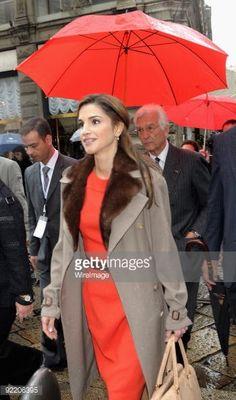 Fotografia de notícias : Queen Rania of Jordan walks in Dante Street after...