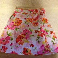 VanHeusen women's stretch skirt, size 6 Very cute size 6 VanHeusen summer skirt that has a ripper on side with ties. Van Heusen Skirts