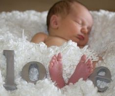 No site, just a cute idea for a newborn shot. Again, would be cute to incorporate the kids in with the baby. naissance part naissance bebe faire part felicitation baby boy clothes girl tips Foto Newborn, Newborn Session, Newborn Pics, Newborn Baby Ideas, Baby Girl Pictures Newborn, Baby Girl Stuff Newborn, Baby Feet Pictures, 3 Month Old Baby Pictures, 2 Month Old Baby