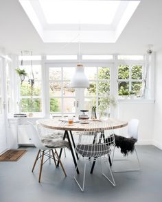 New Farmhouse Kitchen Nook Table And Chairs Ideas Dining Room Inspiration, Interior Inspiration, Design Inspiration, Round Dining Table, Dining Area, Round Tables, Table And Chairs, Dining Chairs, Eames Chairs