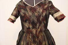 Kleid um 1845-47 aus kariertem Taft (Nahaufnahme Oberteil)
