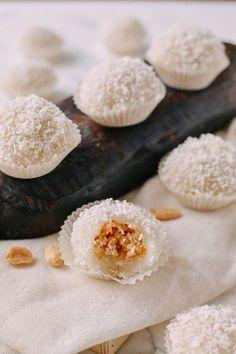 Coconut Peanut Mochi (Nuo Mi Ci 糯米糍) The Woks of Life - Rezepte nudeln Filipino Desserts, Asian Desserts, Asian Recipes, Japanese Desserts, Sushi Recipes, Chinese Desserts, Japanese Food, Rice Desserts, Dessert Recipes