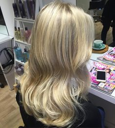 How creamy and clean this blonde is created by our newest addition Becca 💕 #styledbysnow #nofilter #blonde @snowbysamanthasnow