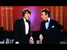 Udo Jürgens und Peter Alexander singen Yes Sir I can Boogie - YouTube Sehr lustig!
