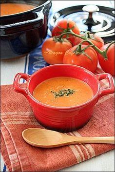 トマト缶で作る、お手軽簡単スープ。手に入れば、フレッシュバジルをたっぷり入れると 風味がとてもいいです。じゃが芋を少し入れているので、少量のクリーム使いで まったり濃厚な美味しさです☆ 材料 5人以上 玉葱 1個 にんに …