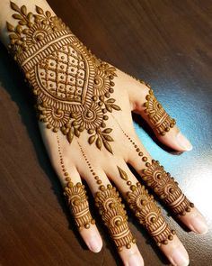 Simple Floral Mehndi Design Mehndi henna designs are always searchable by Pakistani women and girls. Women, girls and also kids apply henna on their hands, feet and also on neck to look more gorgeous and traditional. Henna Hand Designs, Dulhan Mehndi Designs, Mehandi Designs, Arte Mehndi, Mehndi Designs Finger, Mehndi Designs 2018, Mehndi Designs For Beginners, Bridal Henna Designs, Mehndi Designs For Girls