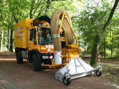 The Trilo is ideally suited to the removal of waste, leaves, litter and grass from verges, recreational grounds, amusement parks etc Quito, Landscaping Company, Amusement Parks, How To Make Light, Vacuums, Grass, The Unit, Leaves, Cleaning