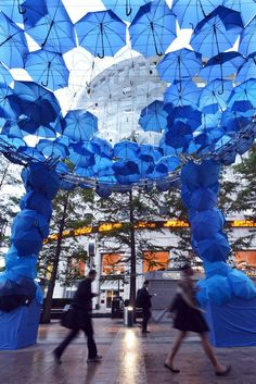 Wifi-Providing Umbrella Installations - Free Wifi Spot Provides Tons of Internet Coverage (GALLERY) Umbrella Street, Blue Umbrella, Umbrella Art, Under My Umbrella, Illusion Photos, Illusion Art, Umbrella Decorations, Environmental Graphics, London Travel