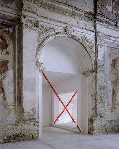 Felice Varini, Passage aux deux diagonales, 2001