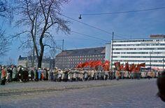 Puhallinorkesteri työväen vappukulkueen kärjessä Pitkälläsillalla vuonna 1960. Kuva: Helsingin kaupunginmuseo