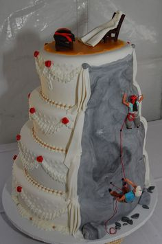 Rock Climbers Theme Wedding Cake He is belaying, she is climbing to reach the top where their wedding clothes (accurately copied) are. Rock Climbing Wedding, Rock Climbing Cake, Climbing Girl, Pretty Cakes, Beautiful Cakes, Amazing Cakes, Themed Wedding Cakes, Wedding Cake Toppers, Wedding Cake Images