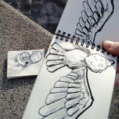Em seu caderno de rascunhos, ele faz desenhos que interagem com os cenários reais Cartoon Bombing79  605 580x580
