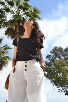Camiseta en algodón orgánico diseñada y fabricada en Barcelona, algodón turco con certificación GOTS. Corte femenino y casual. Barcelona, Organic Cotton T Shirts, White Shorts, How To Make, Women, Fashion, Cotton T Shirts, Short Skirts, Pop Of Color