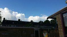 @K_Ruiter - Dag 2 #synchroonkijken  De stippen van de regen op het raam, met een strakblauwe zonnige lucht op de achtergrond