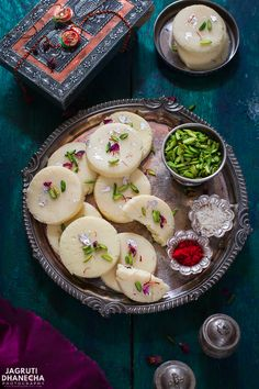 Rajkot Na Peda/Penda, are hugely popular and a favourite sweet Indian delicacy from the city of Rajkot, Gujarat. Indian Dessert Recipes, Indian Sweets, Sweets Recipes, Cooking Recipes, Diwali Recipes, Milk Recipes, Desert Recipes, Sweets Photography, India Food