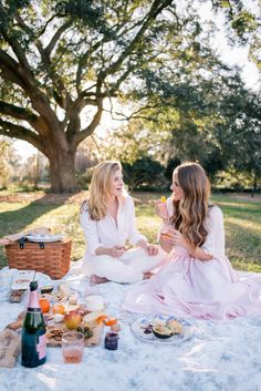 Pretty picnic in the park ~ bubbles are a girls best friend Picnic Photography, Photography Poses, Picnic Outfits, Picnic Time, Picnic Parties, Outdoor Parties, Picnic Birthday, Beach Friends, Picnic In The Park
