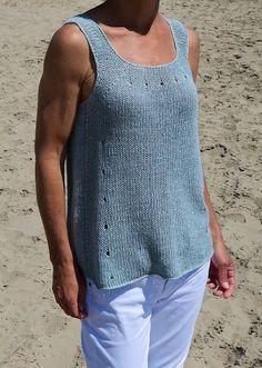 Женская летняя майка Big Wave вязанием спицами сверху вниз без швов. Эта свободная вязаная майка создана для того, чтобы носить ее в теплые летние деньки.  Натуральная льняная пряжа прекрасно держит форму и позволяет коже дышать в самые жаркие часы.