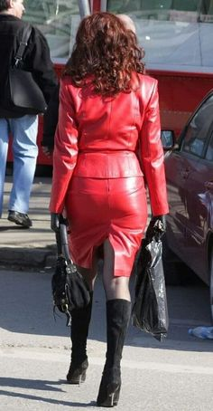 Candid street style amateur red leather skirt jacket ensemble with black boots Ehrliche Streetstyle-Amateurrockjacke aus rotem Leder mit schwarzen Stiefeln Red Leather Skirt, Leather Dresses, Leather Gloves, Leather Pants, Leder Outfits, Sexy Skirt, Dress With Boots, Leather Fashion, Sexy Outfits