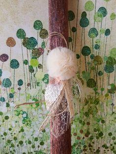 Λαμπάδα στρόγγυλη μπρονζέ με εκρού πον-πον, μεταλλικό φύλλο και δαντέλα βαμβακερή #Πασχαλινεςλαμπαδες #πάσχα #easter #eastercandles#handmade #χειροποίητα #λαμπάδες #pasxalineslampades #πασχαλινέςχειροτεχνίες Dandelion, Greek, Easter, Candles, Flowers, Plants, Dandelions, Easter Activities, Candy