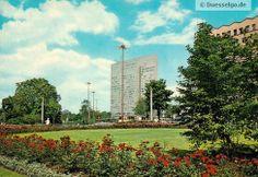 Das Dreischeibenhochhaus (Thyssen-Hochhaus genannt) in den 70er Jahren - aufgenommen von der Königsallee in Düsseldorf