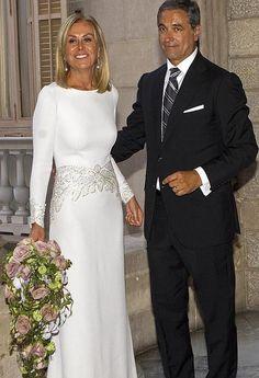 6 Beautiful Wedding Dress Trends in 2020 Over 50 Wedding Dress, December Wedding Dresses, Second Wedding Dresses, Wedding Dress Trends, Wedding Gowns, Mature Bride Dresses, Royal Dresses, Vestidos Vintage, Bride Gowns