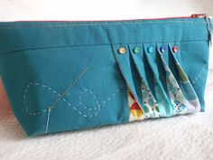 """I'll have to try something with """"a twist"""" Shocking Hocking: Mouthy Stitches pouch swap - Mulleting around the twist - finished! Patchwork Bags, Quilted Bag, Sewing Tutorials, Sewing Patterns, Tutorial Sewing, Bag Tutorials, Purse Patterns, Purse Tutorial, Craft Bags"""