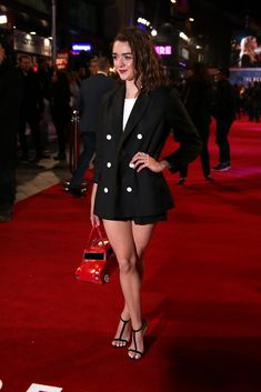 Maisie Williams at Revenant premiere Maisie Williams Sophie Turner, Best Young Actors, Teen Awards, The Revenant, English Actresses, Celebrity Beauty, Games For Girls, Celebs, Celebrities