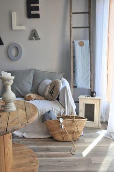 ☆ Décor neutre et joli mélange de gris et et de bois naturel.
