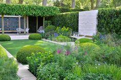 Quand 2 paysagistes, Tommaso del Buono et Paul Gazerwitz, s'allient pour créer un jardin à la fois classique et très contemporain avec des topiaires et un superbe gazon anglais...