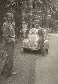 Im Volkswagen und im schicken Anzug in den Grunewald. Hans und Günther aus Charlottenburg. Man beachte die Position des Bindestrichs im Kennzeichen.  Flohmarktfund