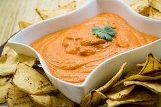 Ideal para servir como botana, el dip de chipotle es una receta deliciosa para una tarde de amigos. El dip se sirve con totopos pero puedes también servirlo con verduras. Esta hecho con yoghurt estilo griego que le da un sabor delicioso.