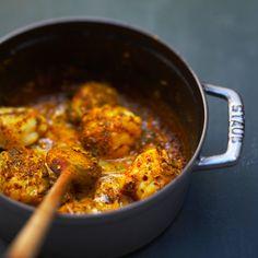 CURRY DE LOTTE FLAMBE AU COGNAC (Pour 4 P : 500 g de lotte, 1 oignon, 1 gousse d'ail, 40 g de beurre, 70 g de cognac, 2 c à c de curry, 300 g de crème épaisse, 1 petite boîte de tomates pelées, 1 c à s de concentré de tomates, 1 c à s de farine)